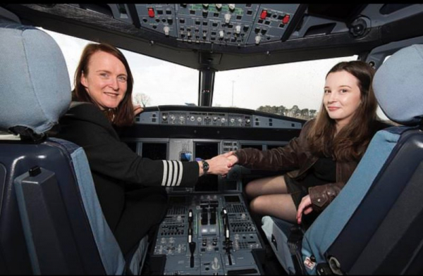Дорогу — молодым: самая юная пилот Британии управляет самолетом не хуже опытных летчиков