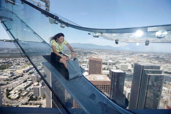 Стеклянная горка на самом высоком небоскребе Лос-Анджелеса заменяет отважным лифт